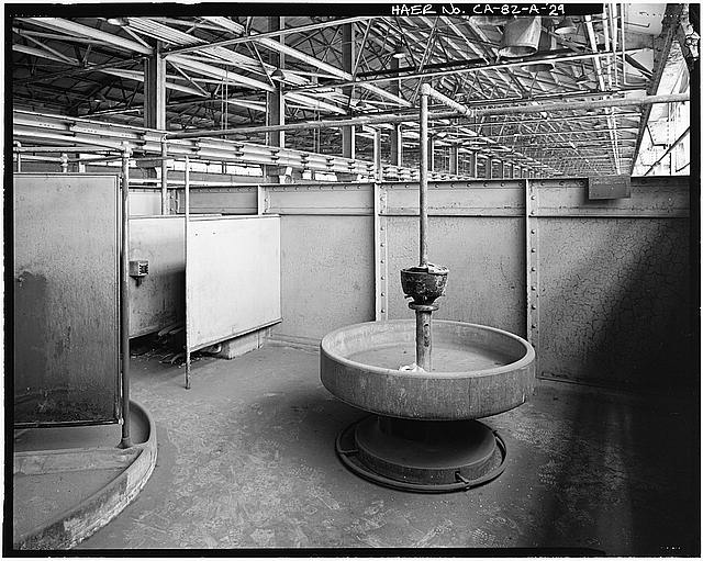 Ford Long Beach Assembly Plant CIRCULAR WASH BASIN, TOILETS ABOVE ROOF PANEL STORAGE AREA. VIEW TO WEST-NORTHWEST.